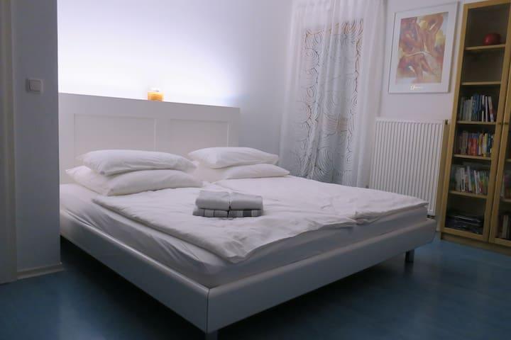 Charmantes Zimmer mit King-Size-Bett - Hallbergmoos - 獨棟