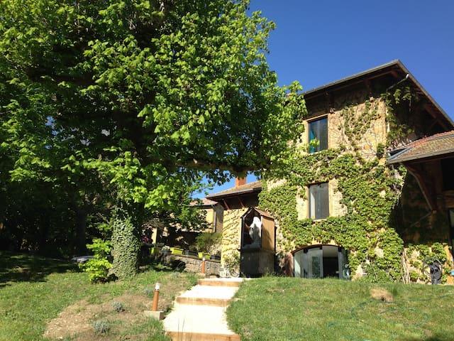 Lodges Laô, authenticité et design  - Bully, Rhône - Bed & Breakfast