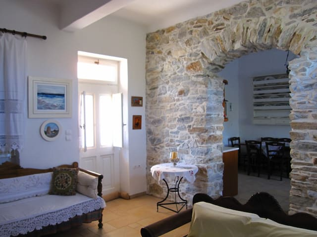 Luxury 100m2 house 15min. from sea - Filoti - Huis