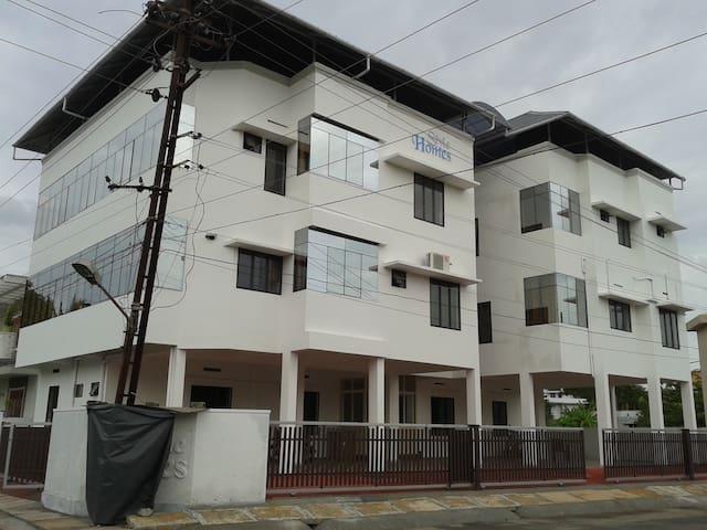 FULLY FURNISHED A/C 3 BR APARTMENT IN SERENE AREA - Kochi - Apartamento
