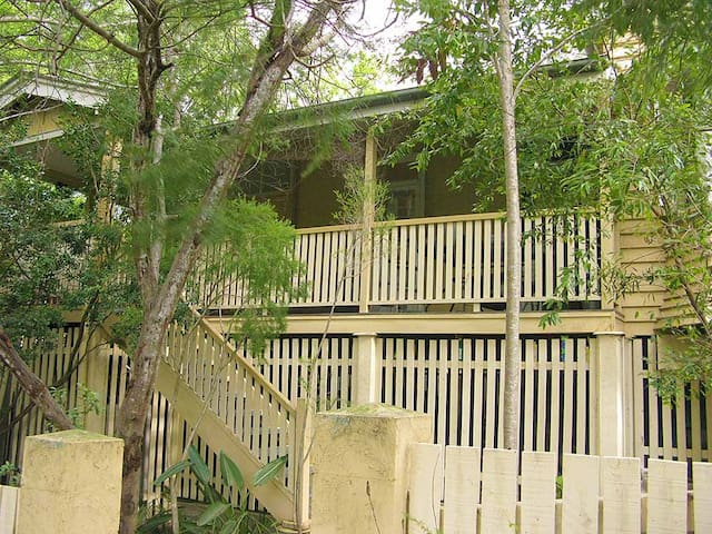 A home to yourself hidden among trees and wildlife - Toowong - Maison
