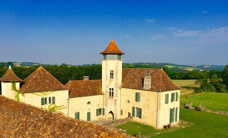 """un château """" gothique troubadour"""" - Bugnein - Bed & Breakfast"""
