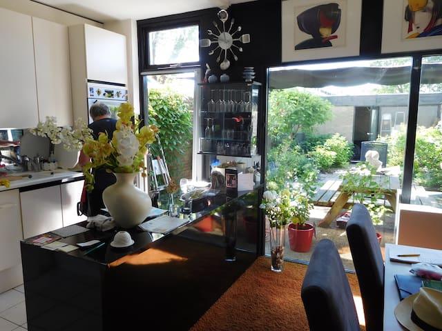 Modern ingericht gezinshuis met tuin en dakterras. - Landsmeer - Talo