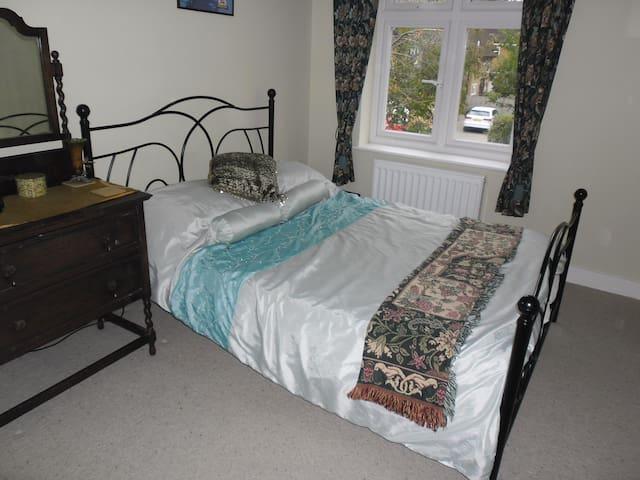 Double bed, shared bathroom - Watford - Ev