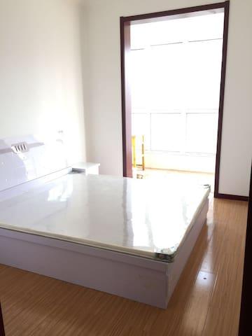 这是家里人给买的新房子。我一直在国外上班 没时间回家住 只是想找个夫妻来我家 给家里哄哄人气 - Taiyuan - Rumah