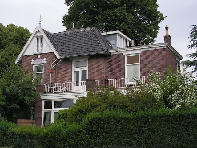 Slaapkamertje in oude villa voor Single - Driebergen-Rijsenburg - Casa de camp