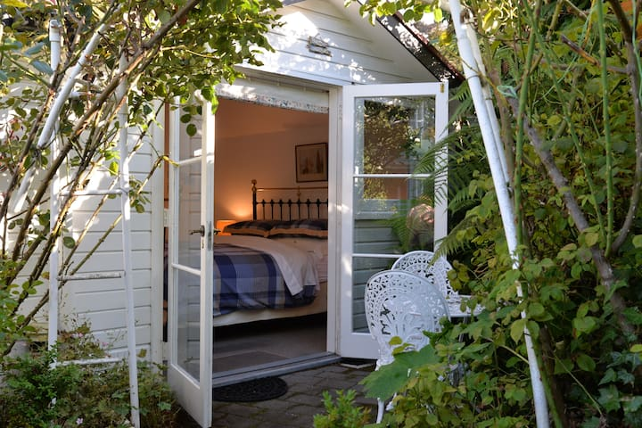 Hatepe Rose Cottage - Taupo - Bed & Breakfast