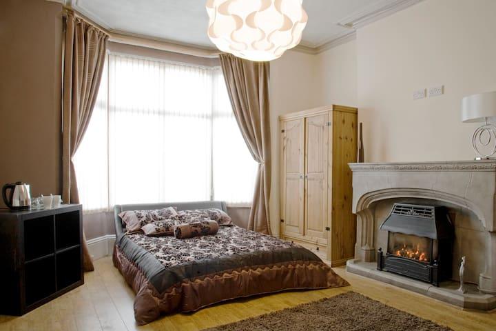 Large Double Bedroom (Kalsoom Room) - Wolverhampton - Hus