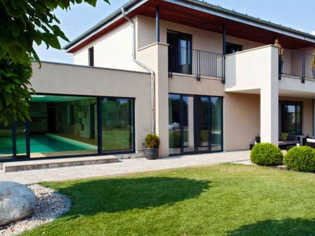 Elegant villa in Prague with pool and tennis court - Čestlice - Villa