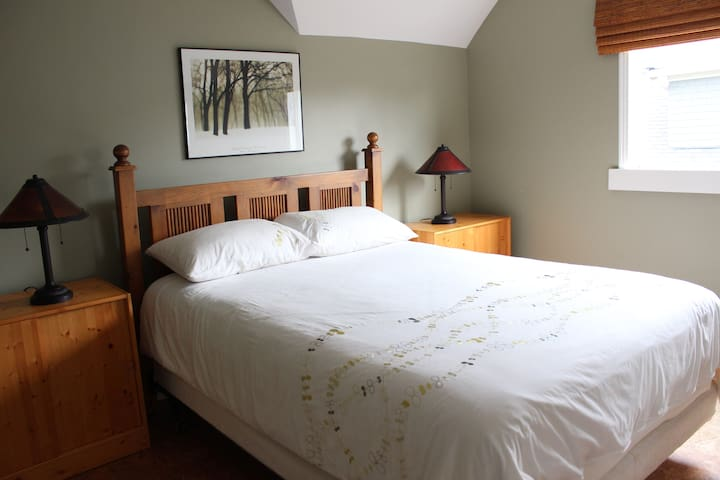 Beautiful Room, 2 Blocks to Beach! - Victoria - Hus
