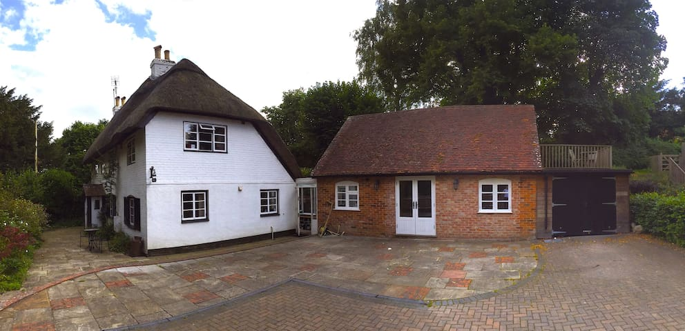 Large modern annexe room & lovely thatched cottage - Abbots Worthy - Huis