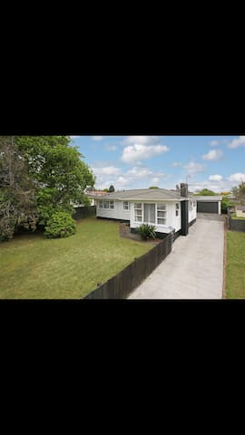 Large House with a Large section - Pukekohe - Hus