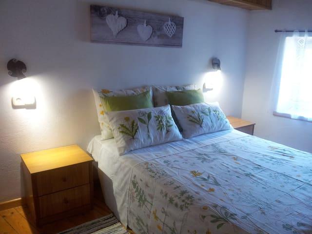 Habitación con cama doble en casa rústica. - Guils de Cerdanya - Casa