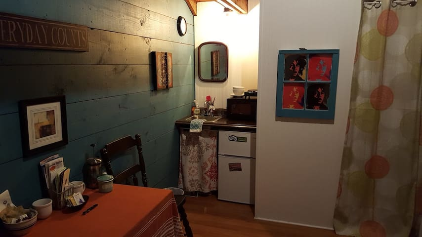 In-town tiny house, fresh studio, entire apartment - Westerly