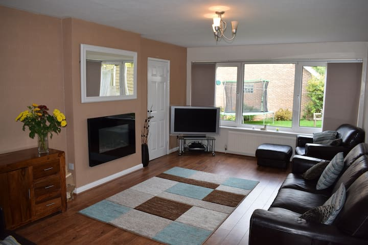 Room with en-suite - large house & gardens - Ripley - Huis