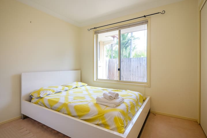 24hr Self Check-In Available   Queen Size Bed - Forest Lake - Hus