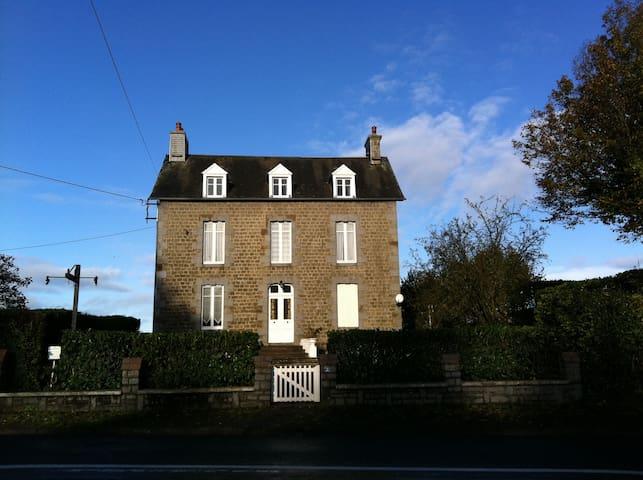 Detached Farmhouse in Normandy Town - Villedieu-les-Poêles - Hus