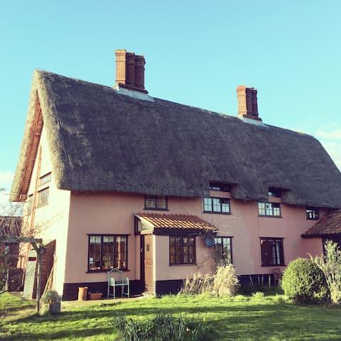 Classic pink Suffolk thatch cottage - Denham - Haus