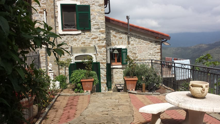 Charming house with garden and fantastic view - Perinaldo - Huis