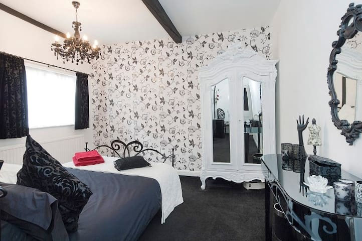 Double en-suite room in luxury boutique home - Chipping Ongar