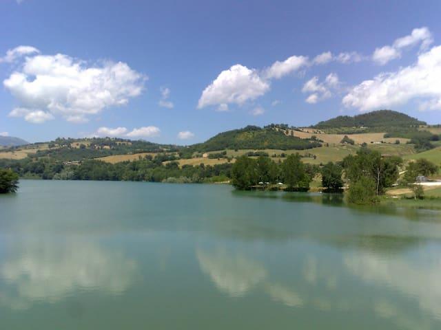 Overlooking beautiful San Ruffino lake - Amandola - 別墅
