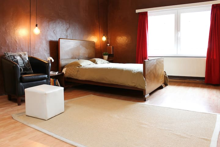 Large airy studio, central location - Ghent