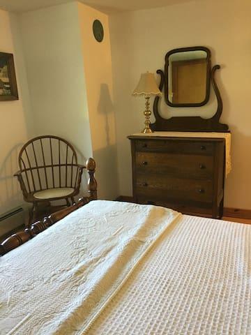 1790's Shaker Home, Full bed room#3 w/pvt Bath - New Lebanon - Bed & Breakfast