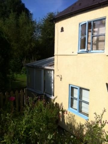 Quaint 1770 cottage in countryside - Swindon - Bed & Breakfast
