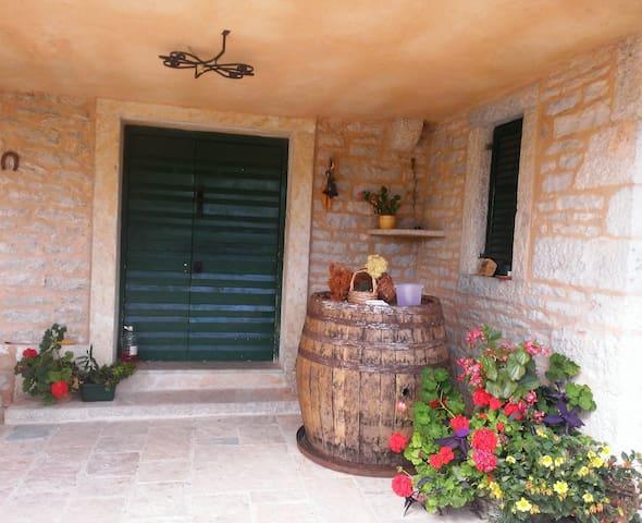 peacful village holiday stone house - Lisičić - Huis