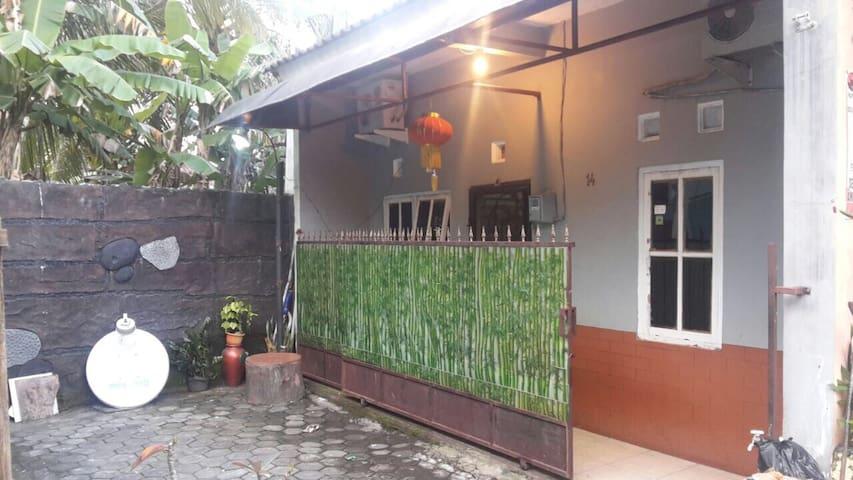 Simple Private Room for Travelers - Semarang - Dům
