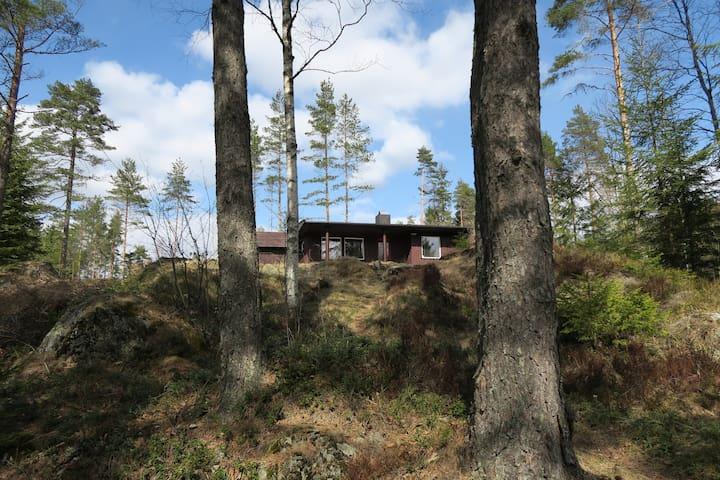 Romslig hytte i skog med utsikt over tjern - Enebakk - Kulübe
