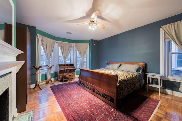 Victorian King in University City: Solar-Powered - Philadelphia - Bed & Breakfast