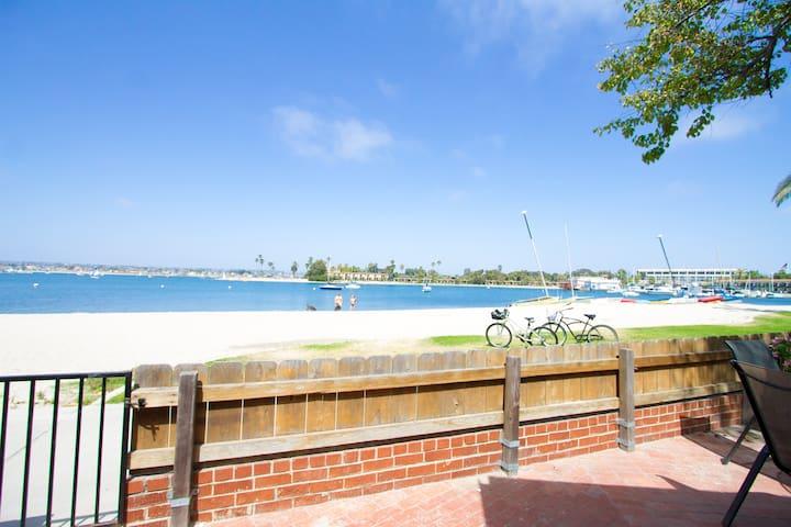 Beachfront 2BR w/ Private Patio! - サンディエゴ - 別荘