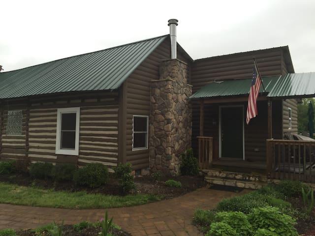 Vitus Farm: Quiet Rustic Cabin on 72 Acres - Castalia - Houten huisje