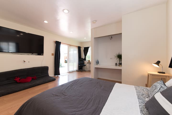 Cozy, spacious and private big room - Bellflower - Huis