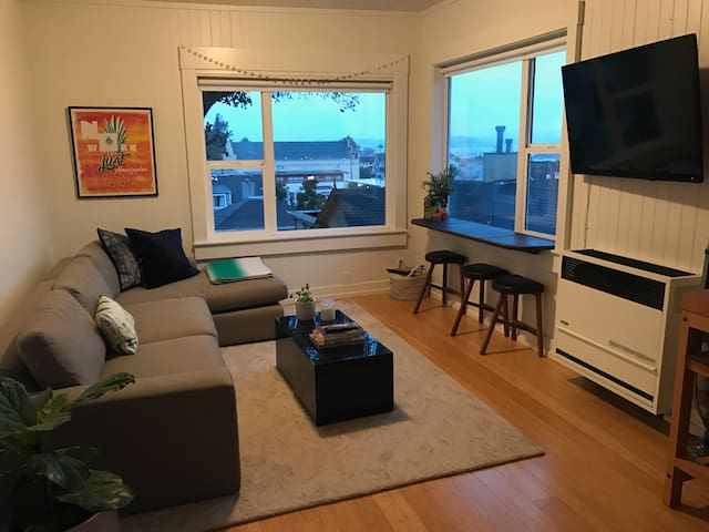 Views of the Bay!  Walk to Ferry & Restaurants! - Sausalito - Apartment