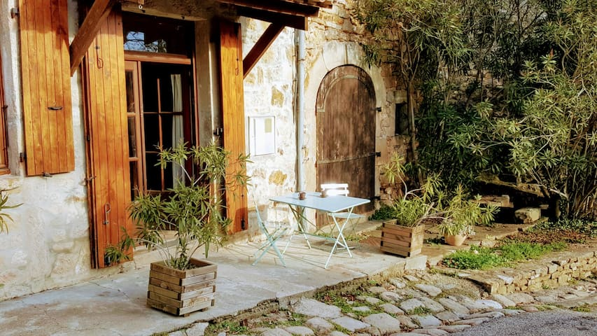 Spacious apartment in a stunning medieval village - Banne - Appartement