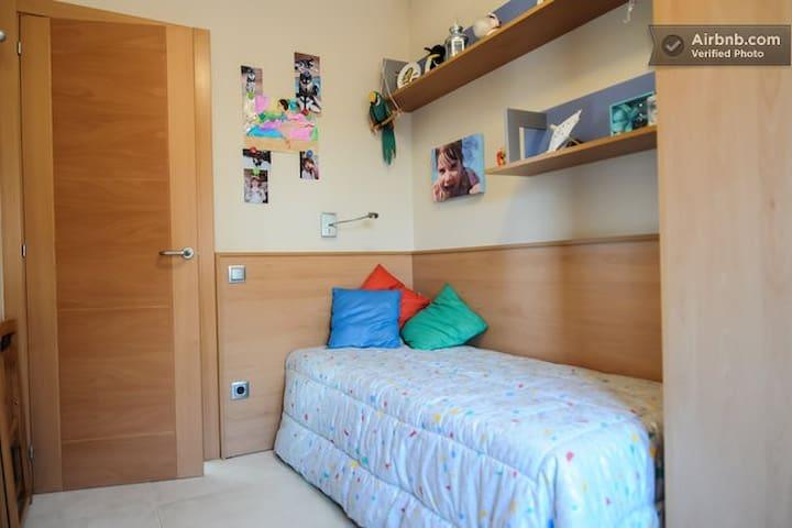 Habitación  en casa con piscina - CANOVELLES - Rumah