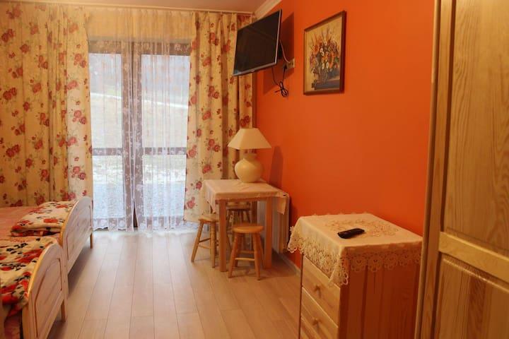 warm orange room - Jasienica - Huis