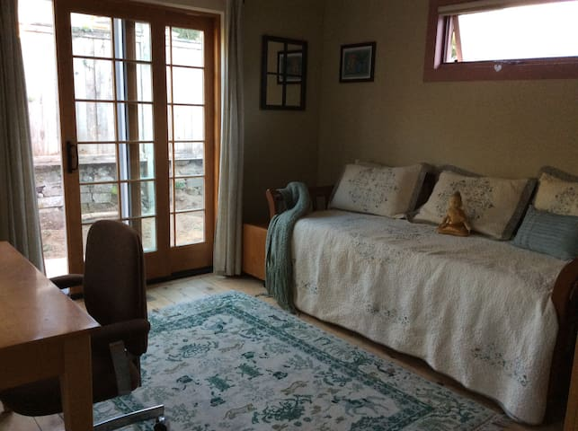 Charming & private bed/bath/tearoom - Olympia