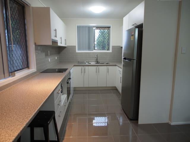 Andrew's Place - 3 bedroom house, Wifi & Netflix - Wilsonton - Casa