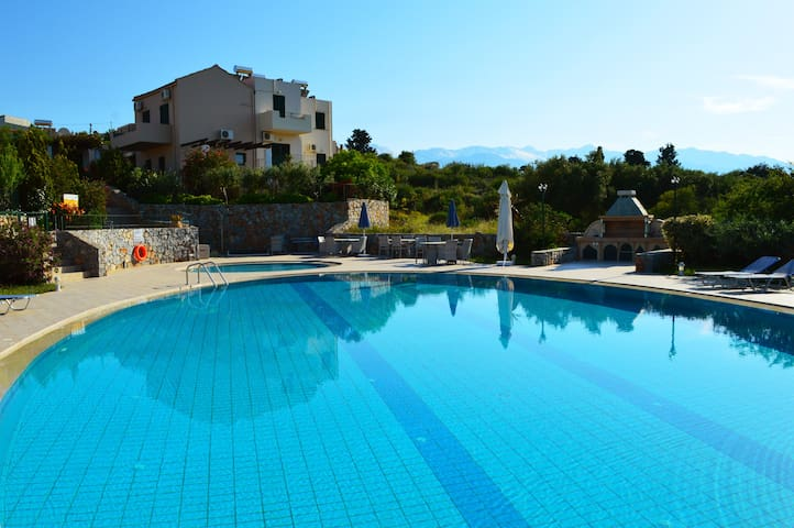 Villa with big shared pool surrounded by nature - Souri - 別墅