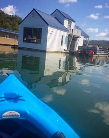 Floating Summer Cottage - New Tazewell - Дом