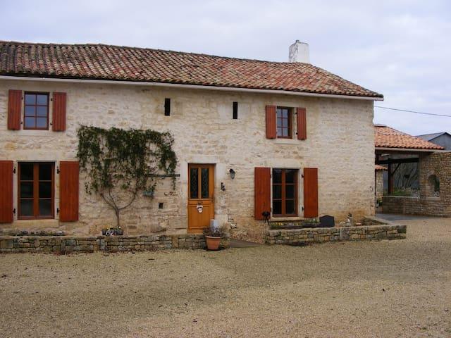 Renovated 14th century farmhouse - Bougon - Hus