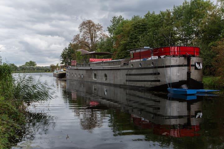 L'Aparté insolite sleeping on barge - Metz - Tekne