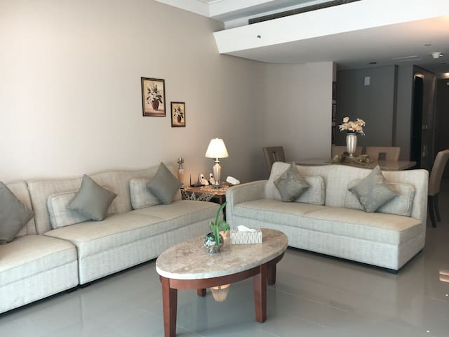 Deluxe 2 BR Apartment. Khaled Lake. - Sharjah - Apartemen