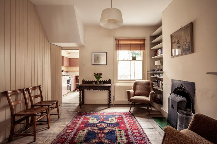 A tranquil comfortable single bedroom - London