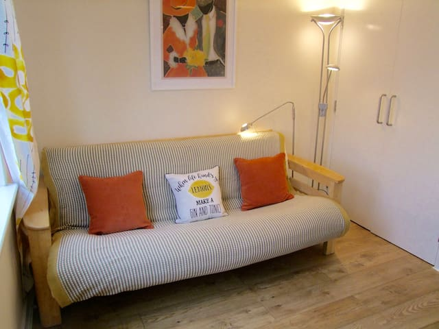 Child-friendly London double + private living room - Colindale - Daire