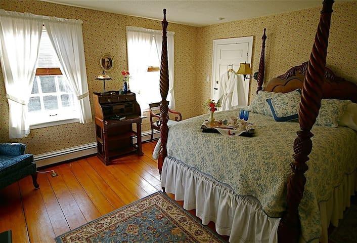 Federal House Inn, Doris' Suite #5, En-Suite bath - Plymouth