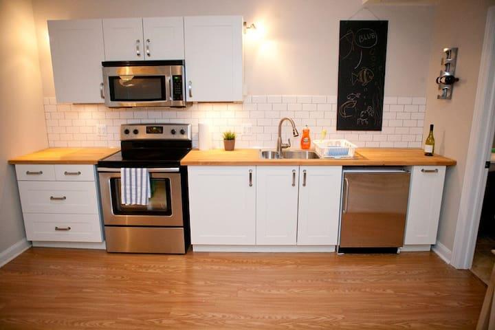 Sunny basement apartment   - Royal Oak - Daire